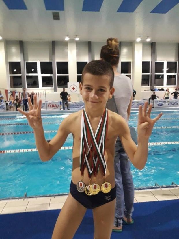 Осемгодишен плувец с четири медала в Национален турнир