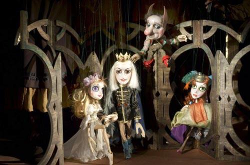 """Спектакълът на Държавен куклен театър – Сливен """"Трите прасенца"""" гостува на сцената на театър """"ВЕСЕЛ"""""""