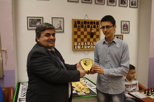 """Шахматистът Емил Стефанов с награда за най-прогресиращ състезател на """"Етър"""""""