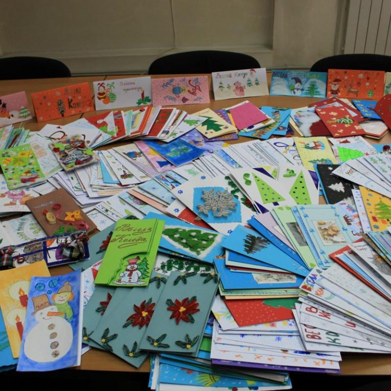 Деца от града изработиха 700 картички за Коледа и Нова година