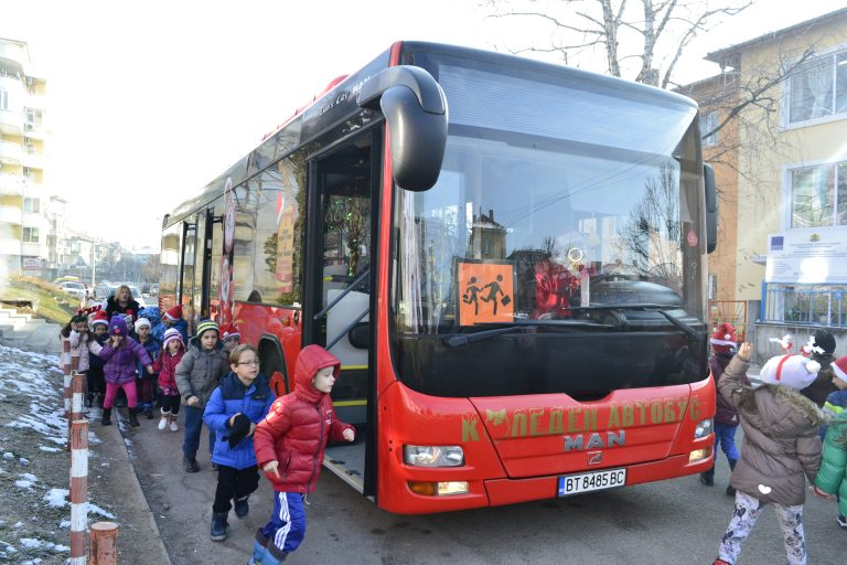 Коледен автобус зарадва стотици деца в Търново