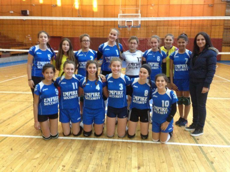 """15-годишните момичета на ВК """"Царевец 19"""" първи на турнир в Севлиево"""