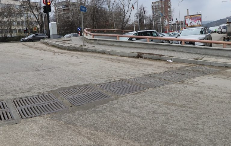 """Ремонтирани са дъждоприемните решетки на улица """"Магистрална"""""""