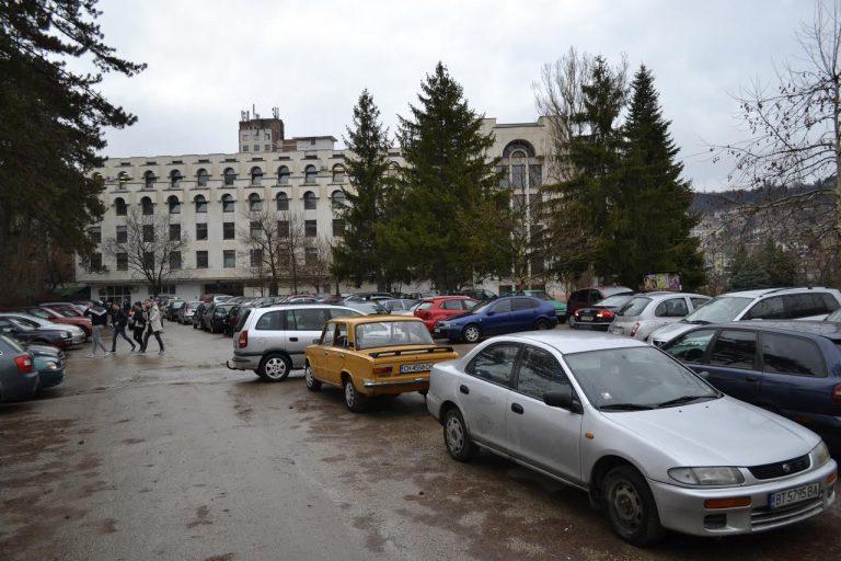 Обособяват безплатен паркинг в района на Старото военно училище в Търново